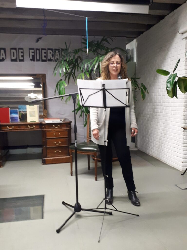 Ana de Lima recitando