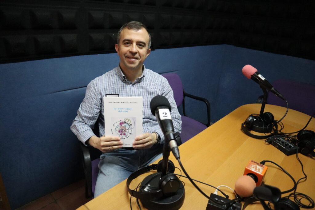 Eduardo Mohedano con su primer libro