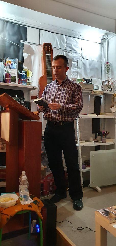 Eduardo con el libro de Sara