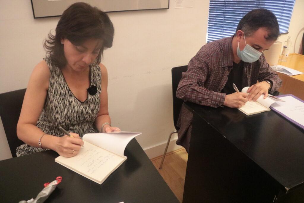 Maribel y Eduardo firmando