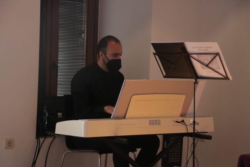El compositor Sandro Bakhuashvili al piano